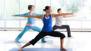 l yoga parece reducir el dolor, especialmente de espalda, cuello y otros dolores musculoesqueléticos. Esto podría deberse al estiramiento y fortalecimiento gradual de los músculos que sostienen la espalda (como los músculos paraespinales que ayudan a doblar la columna y los músculos multifidus que estabilizan las vértebras). El yoga también puede reducir el dolor al disminuir el estrés mental, el cual tiende a aumentar la percepción del dolor.