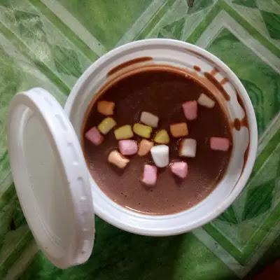 chocolate ice cream na may toppings na marshmallow na inilagay sa salad cup