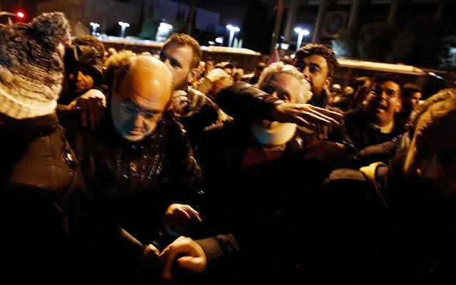 Προπηλακισμοί στελεχών του ΣΥΡΙΖΑ στη διάρκεια της πορείας για το Πολυτεχνείο