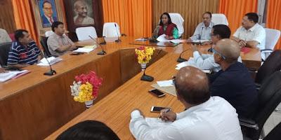 DM C Indumati Ask To Speed Up Cow Shelters News In Hindi Uttar Pradesh