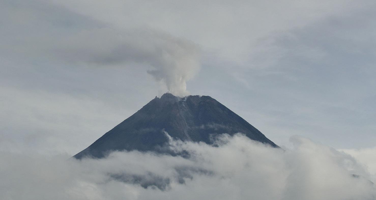 Gunung Merapi Kembali Luncurkan 14 Kali Guguran Awan Panas, Sejumlah Desa Diterpa Hujan Abu Tipis