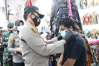 Kapolres Pelabuhan Makassar Blusukan Pasar, Pimpin Penegakan Prokes dan Bagikan Masker Kepada Masyarakat