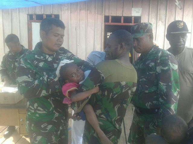 Koramil Pantai Kasuari Bantu Satgas Kesehatan TNI Layani di Distrik Fayit