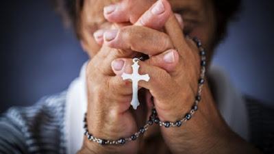 imagem de idoso rezando