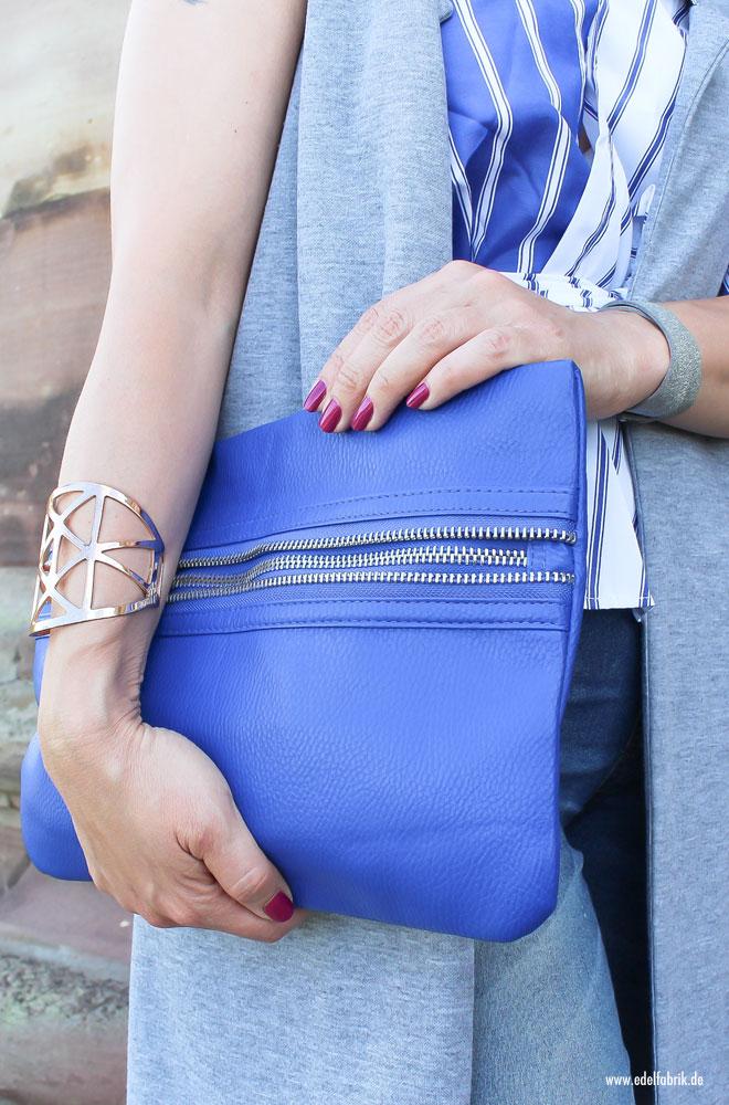 blaue Clutch mit silbernen Details