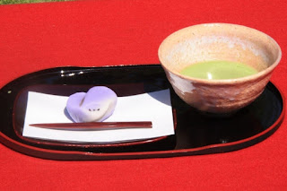 秋の生菓子と抹茶をお楽しみください