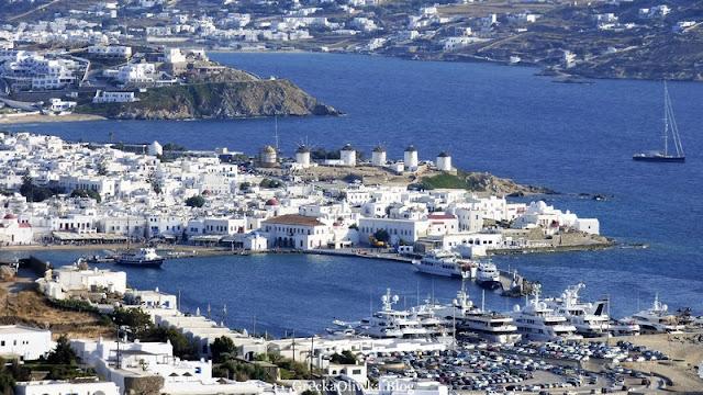 Krajobraz wypsy Mykonos. Grecja. Wyspa w błękicie morza i nieba.