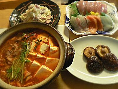 家飲み 豚キムチ鍋 シイタケ焼き 刺身 魚肉イタリアンサラダ