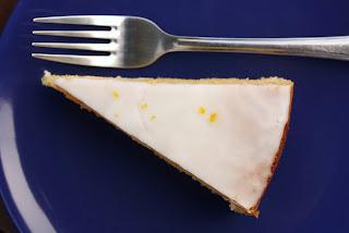 torta sa limunom i kokosom na tanjiru