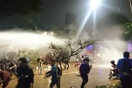 Ajaib, Semburan Gas Air Mata Berbalik Arah ke Kompleks Parlemen