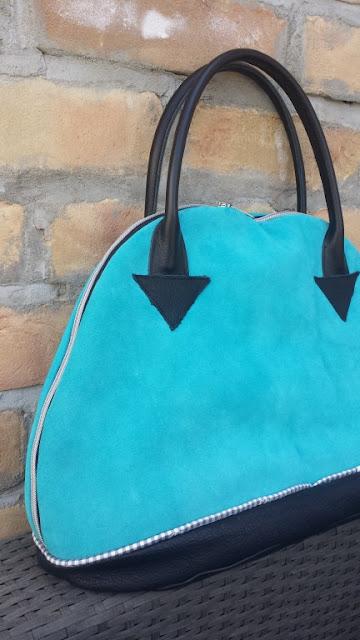 Bogentasche in blauem Wildleder
