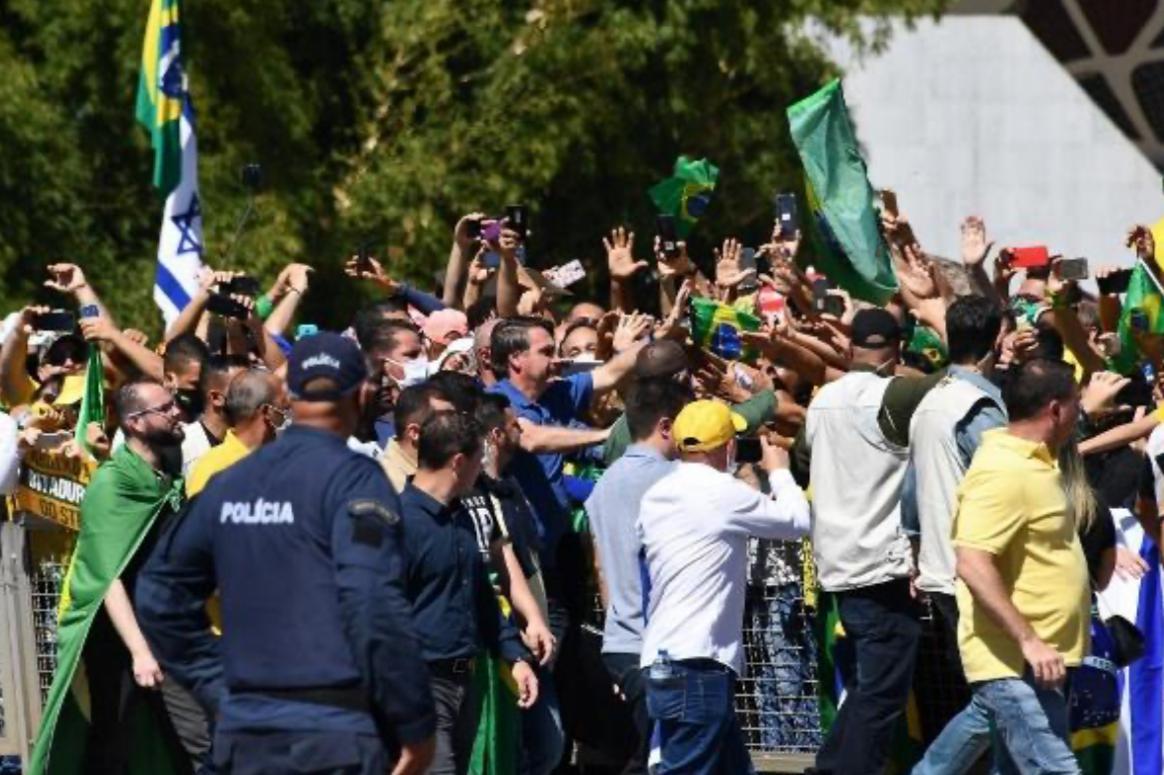 Sem máscara, Bolsonaro vai a ato com críticas ao STF em Brasília e cumprimenta apoiadores