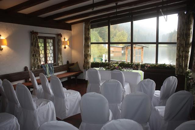Freie Trauung im Seehaus, Frühlingsdekoration Herbsthochzeit mit bunten Wiesenblumen im Hochzeitshotel Garmisch-Partenkirchen Riessersee Hotel Bayern, heiraten in den Bergen
