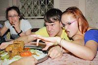 Komisches Gesicht lustige junge Frau beim Essen