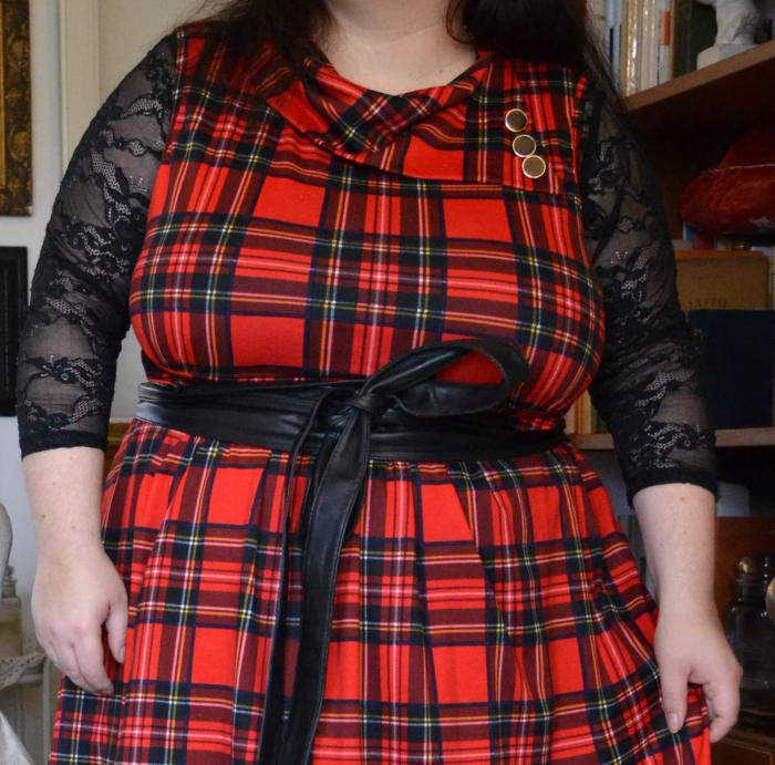 outfit plus size con abito vintage tartan rosso di Modcloth e top nero in pizzo divadellecurve #bodypositeamit
