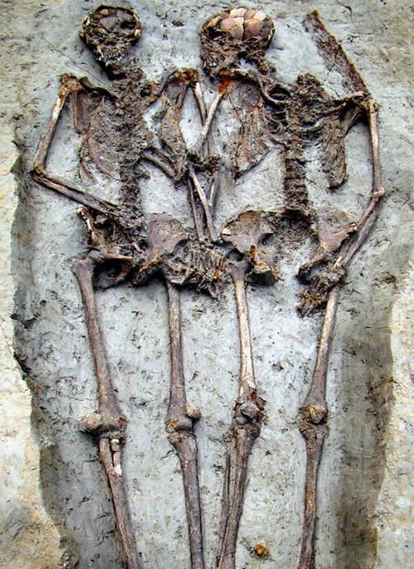 Romersk elskende par, begravet hånd i hånd, ansigt til ansigt