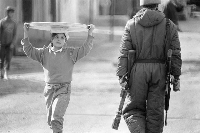 dziewczynka i żołnierz izraelski