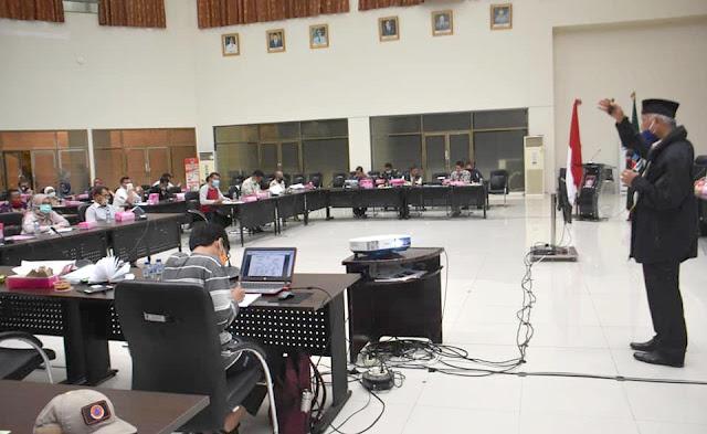 Walikota Padnag, Mahyeldi memberikan penjelasan dalam rapat gugus tugas percepatan penanganan virus corona (Covid-19) di Aula Balaikota. Kamis (9/4/2020) malam