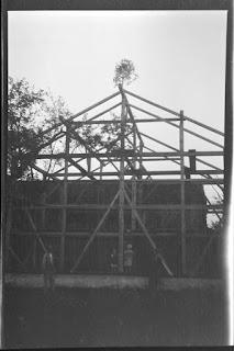 Foto vom Bauernhof zum Richtfest der Scheune - Gars am Inn - 1930-1950