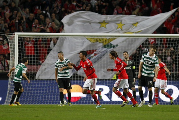 Benfica player Enzo Pérez celebrates after scoring a goal against Sporting Lisbon