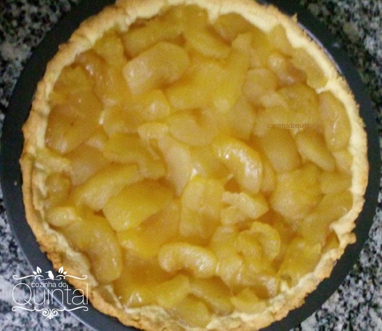Torta de Maçã dourada, com massa crocante, creminho delicioso e maçãs doces...
