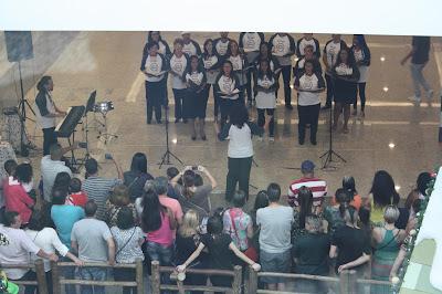 Alunos e professores da Art & Music no Cantareira Norte Shopping, no Natal de 2016. Foto: acervo Art & Music