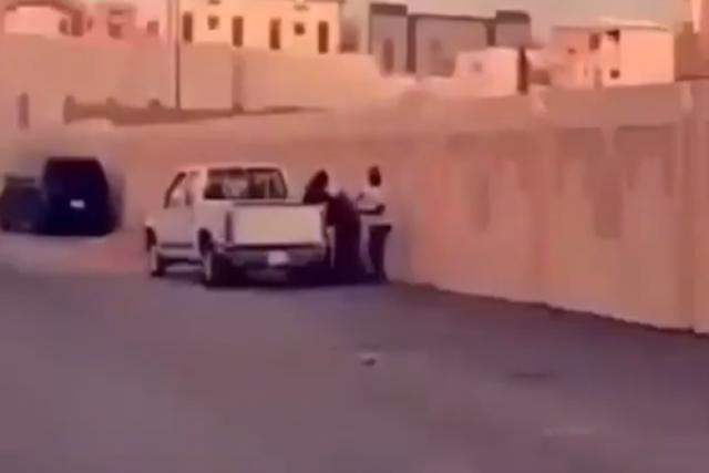 فيديو مروّع| شاب  يضرب والده ووالدته بالعصا في الشارع أمام المارة ودون خجل
