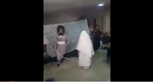 عريس 'إسرائيلي' يفعل شيئاً غريباً بعروسه أمام الجميع طقوس غريبة جداً .. شاهدوا ماذا فعل بها