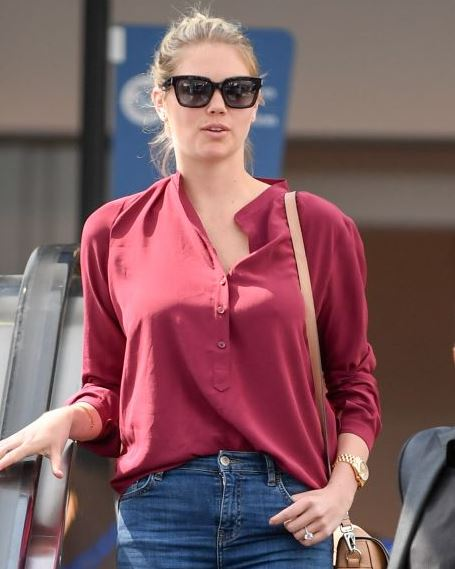 Kate Upton – Arriving into LAX Airport in Los Angeles