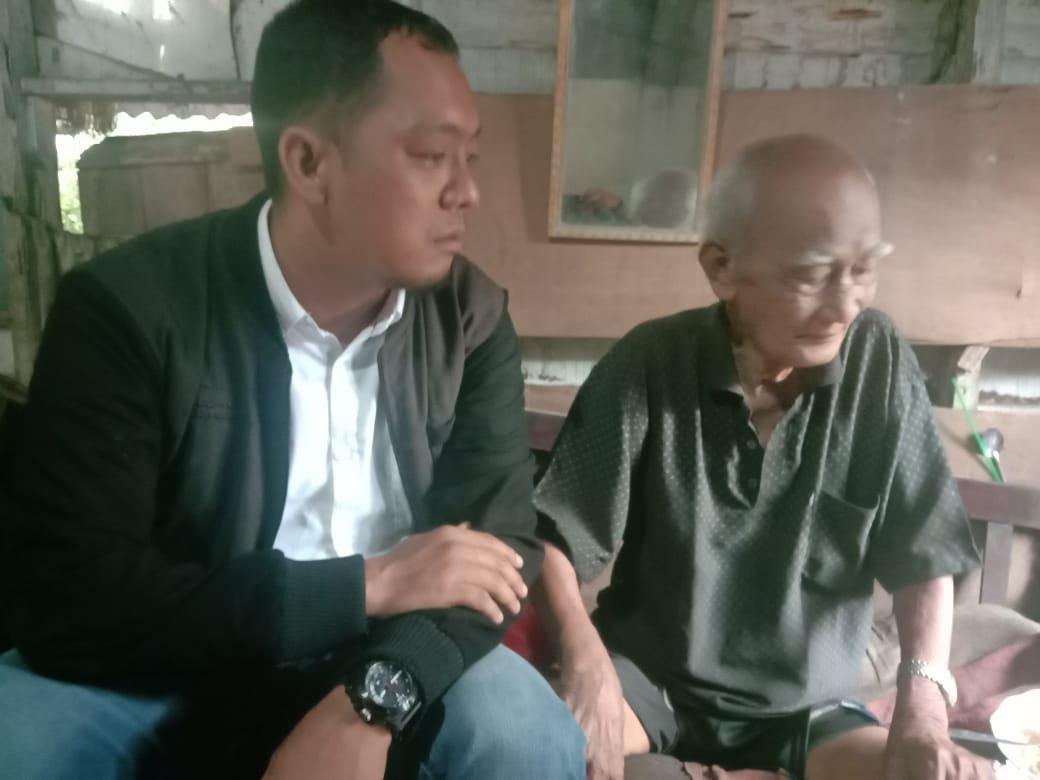 IWO Inhil Kunjungi Kakek Alkamah yang Tinggal di Gubuk Reot
