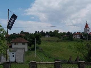Zastava militantne džihadističke skupine iz Rusije vijori se nad selom u Tuzli