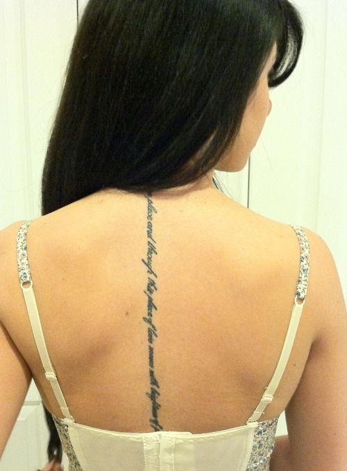 chica con tatuaje muy femenino y sexy