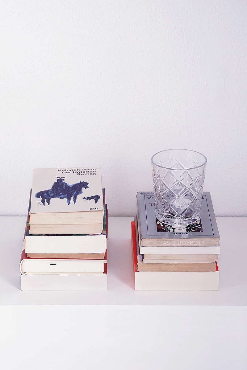 Book stacks and glass as minimalist scandinavian winter decoration | Tasteboykott