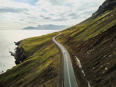 Coche por la carretera Islandia - Seguridad vial en Islandia