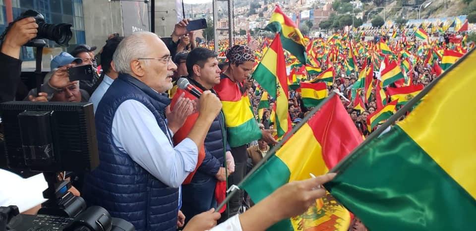 Mesa se dirige a la multitud concentrada en las dos vías de Seguencoma con la Tricolor nacional / FACEBOOK CARLOS MESA