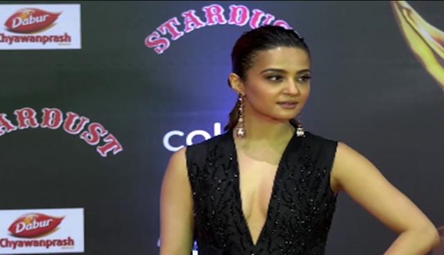 Surveen Chawala showing nipslip at Stardust Awards 2016 | Wardrobe Mulfunction
