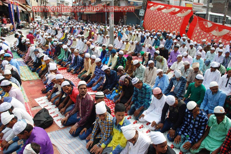 ईद-उल-फितर के मौके पर लुधियाना जामा मस्जिद में नमाज अदा करते मुसलमान