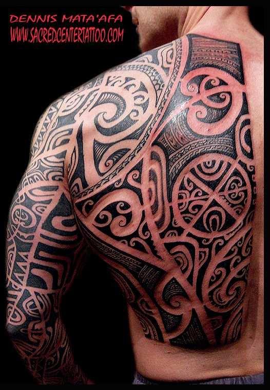 Hombre con tatuaje maori en la espalda y brazo completo