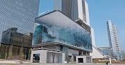 Un'onda infinita simulata su enormi schermi a LED nel d'strict di Seoul