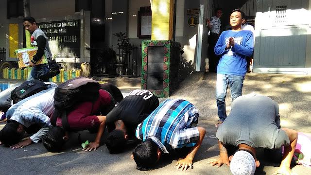 Dapat Remisi Bebas, 13 Napi Sujud Syukur di Halaman Lapas Probolinggo