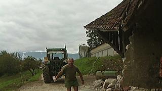 De rage, M. Guy Lacôte, co-gérant GAEC Lo Pres Dary détruit volontairement corps de dépendances