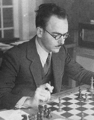 Vicenç Vallés jugando ajedrez