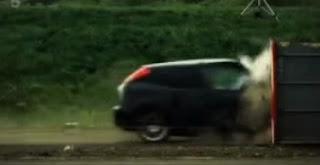 قوة اصطدام السيارة بجسم ثابت