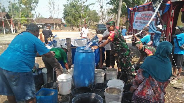 Ringankan Bencana Kekeringan Koramil Bersama Edupark Gemolong Distribusikan Air Bersih