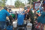 Sragen - Ringankan Bencana Kekeringan Koramil Bersama Edupark Gemolong Distribusikan Air Bersih