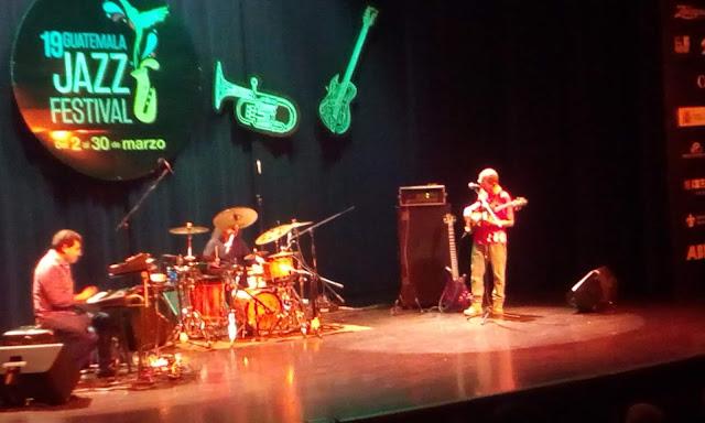 Músicos del Jazz Trio ES en el escenario del Festival de Jazz del IGA