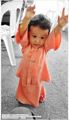 Gambar Aina pakai baju kebaya oren kanak-kanak setahun (1 tahun)