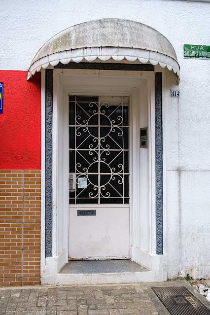 Um pequeno edifício na Saldanha Marinho - detalhe da porta