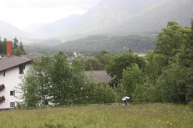 Ankunft mit Regenschirm - Trauung auf der Bergwiese - freie Trauung unter freiem Himmel - #wedding #fuchsia #wedding venue abroad #Riessersee #Garmisch #Bavaria
