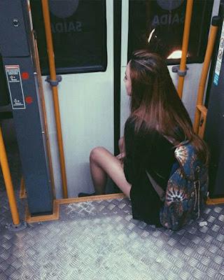 pose sentada en el vagón de metro